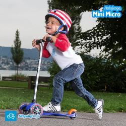 Dzieci na niebieskiej hulajnodze Mini Micro