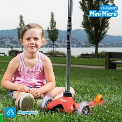 Dzieci na czerwonej hulajnodze Mini Micro
