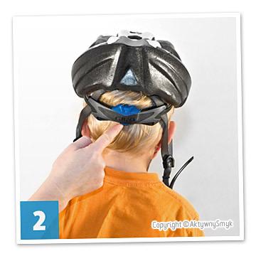 Pokrętłem regulacyjnym należy dopasować kask do obwodu głowy, tak aby nie był za luźny ale też nie uciskał. Pod kask nie zakładajcie grubych czapek albo czapek z daszkiem. Dopuszczalna jest (według nas) jedynie cienka, dopasowana czapka albo chustka.