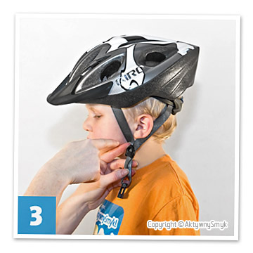Paski biegnące z przodu oraz z tyłu kasku powinny być tak wyregulowane aby łączyły się dokładnie pod uszami tworząc literę Y. Niedopuszczalne jest aby klamerka łącząca paski była w innym miejscu niż pod uchem, np. na policzku czy pod brodą.